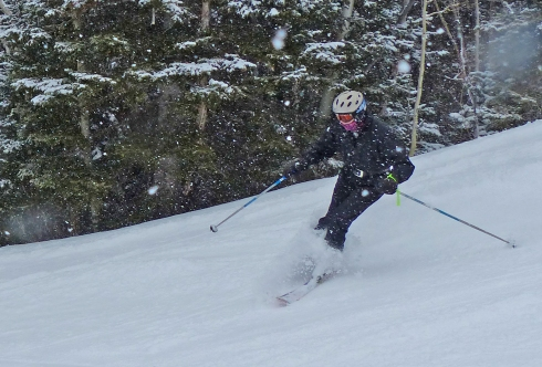 Grace Voss skiing down Assessment Trail on a snowy morning